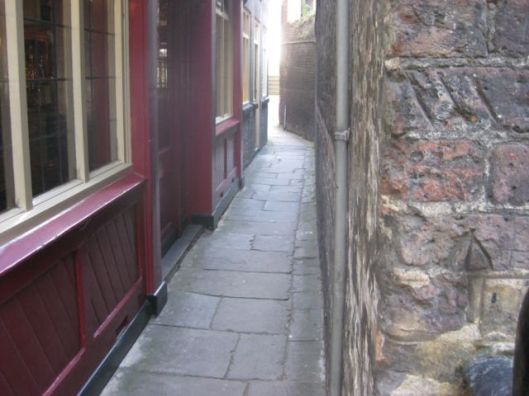 A narrow alley in Wapping (via londonist.com)